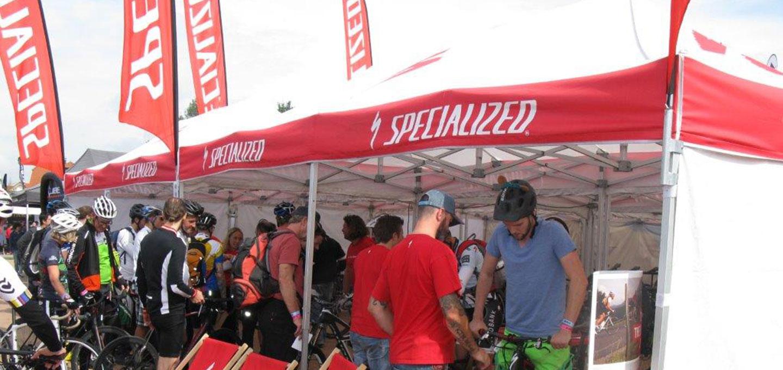 Rot-weißer Faltpavillon für Specialized im Einsatz bei einem Radevent.