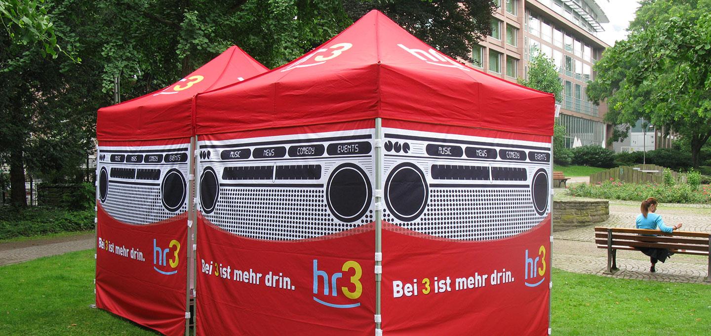 Roter Faltpavillon für hr3 mit vollflächiger Bedruckung.
