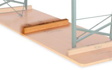 Ansicht der Biertischgarnitur von unten mit dem hervorgehobenen dritten Stapelholz. Es vermeidet ein Zerkratzen der Garnitur beim Stapeln.