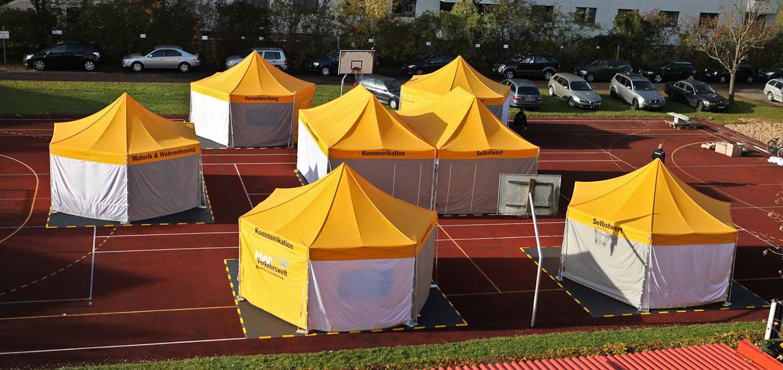 Gelbe Faltpavillons von ADAC Verkehrswelt auf der Laufbahn.