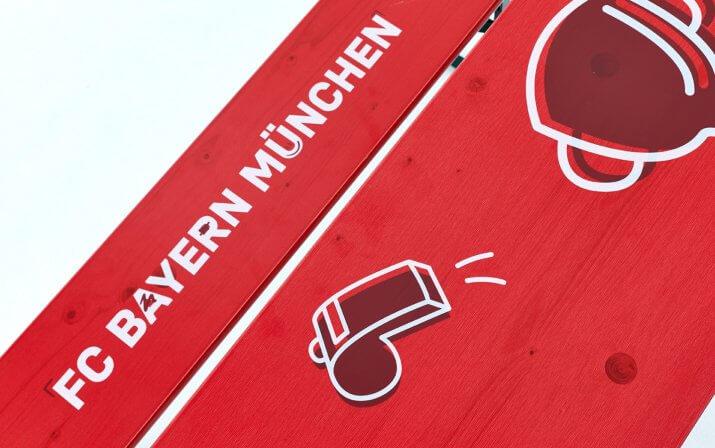 Eine Detailaufnahme der Bambini-Bierzeltgarnitur im FC Bayern München Design.