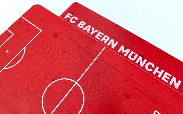 Eine Detailaufnahme der Shorty-Bierzeltgarnitur im FC Bayern München Design.