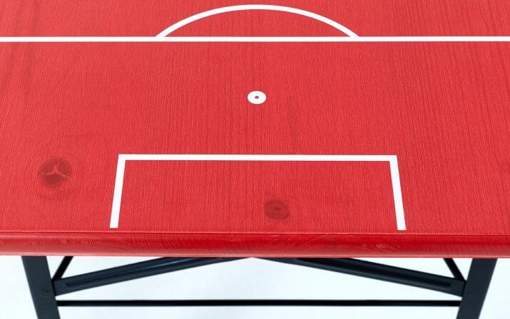 Eine Detailaufnahme vom Biertisch der Bierzeltgarnitur Shorty im FC Bayern München Design.