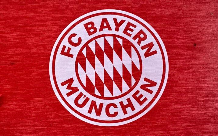 Eine Detailaufnahme des aufgedruckten FC Bayern München Logos der Bierzeltgarnitur mit Lehne im FCB-Design.