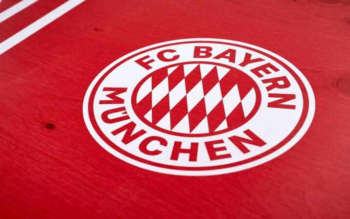 Eine Detailaufnahme des aufgedruckten FC Bayern München Logos vom Stehtisch