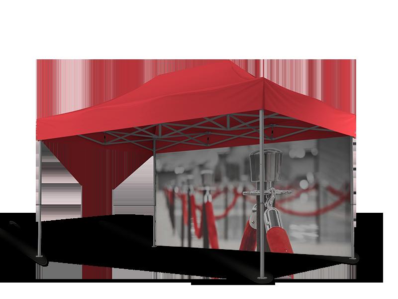 Rotes Messezelt 4,5x3 m mit einer geschlossenen Seitenwand hinten. Diese ist mit grau-roten Messeabsperrungen bedruckt.
