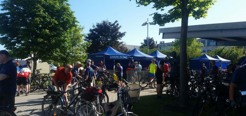 Viele blaue Faltpavillons bei der MZ Radpartie für die Anmeldung.