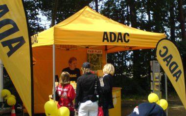 Gelber 3x3 m Faltpavillon für den ADAC als Infostand bei Kinder- und Jugendveranstaltung.