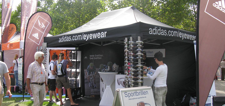 Schwarzer Faltpavillon für Adidas Eyewear für ein Messegelände im Freien.