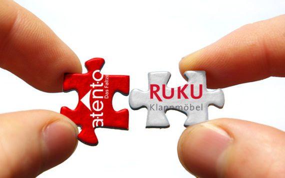 Zwei Puzzlestücke mit atento und RUKU als Symbol der Integration der beiden Marken.