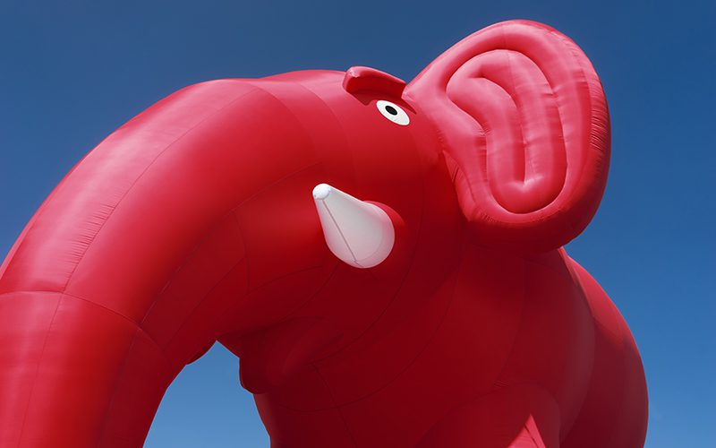 Riesengroßer roter Elefant als aufblasbarer Werbeträger.
