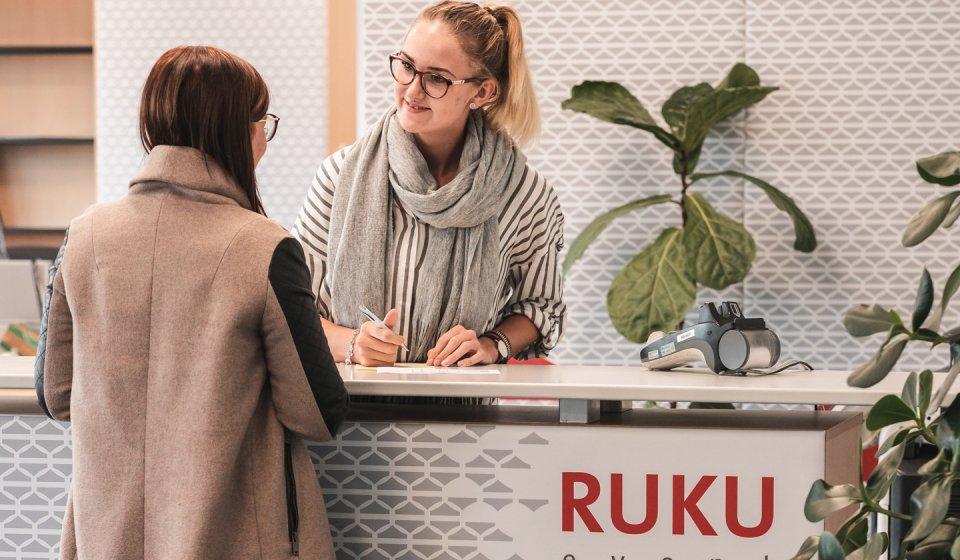 Die Mitarbeiter von RUKUevent nimmt die Kontaktdaten einer Kundin auf.