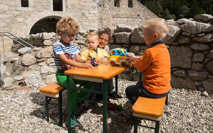 Bambini Garnitur mit Kindern die auf der Festzeltgarnitur spielen.
