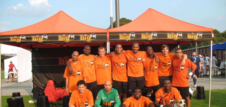 Big FM mit orange-schwarzen Faltpavillons beim Mediacup