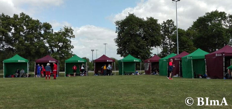 Bordeaux und grüne Faltpavillons abwechselnd beim BImA Cup 2017