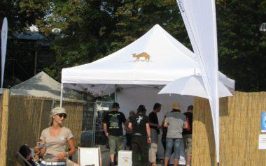 Weißer Faltpavillon für Camel.