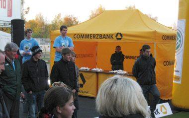 Gelber atento Faltpavillon für eine Outdoor-Veranstaltung der Commerzbank.