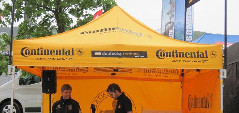Gelber Faltpavillon mit verschiedenen Aufdrucken für Continental
