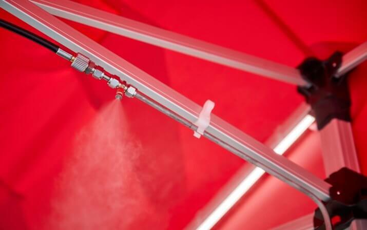Die Düsen sind an der Struktur der Desinfektionsschleuse befestigt.