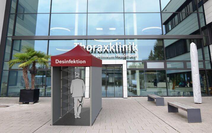 Ein 3D-Rendering der Desinfektionsschleuse vor dem Eingang einer Klinik.