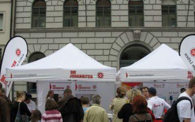 Weiße Faltpavillons im Einsatz für die Johanniter bei Infoveranstaltung.