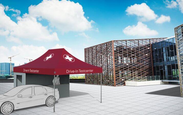 Ein 3D-Rendering des Drive-In Testcenter. Ein Mann steht hinter der Theke während das Auto das Testcenter gerade verlässt.