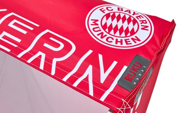 Rotes Faltpavillon-Dach mit weißer FC Bayern Aufschrift und originalem FC Bayern Logo.