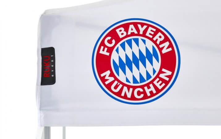 Weißes Faltpavillon-Dach mit Aufdruck des originalen FC Bayern München Logos in rot, weiß, blau.
