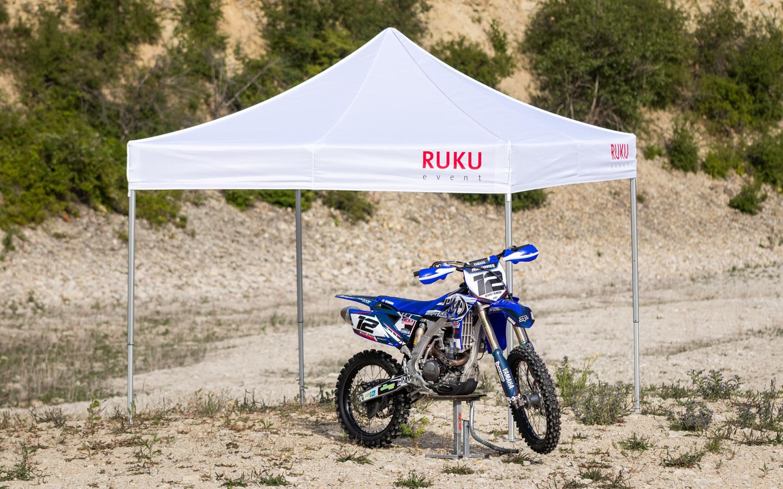 Im Vordergrund steht eine Maschine von Motorsport Ulbrichracing. Dahinter ein RUKUevent Faltpavillon.