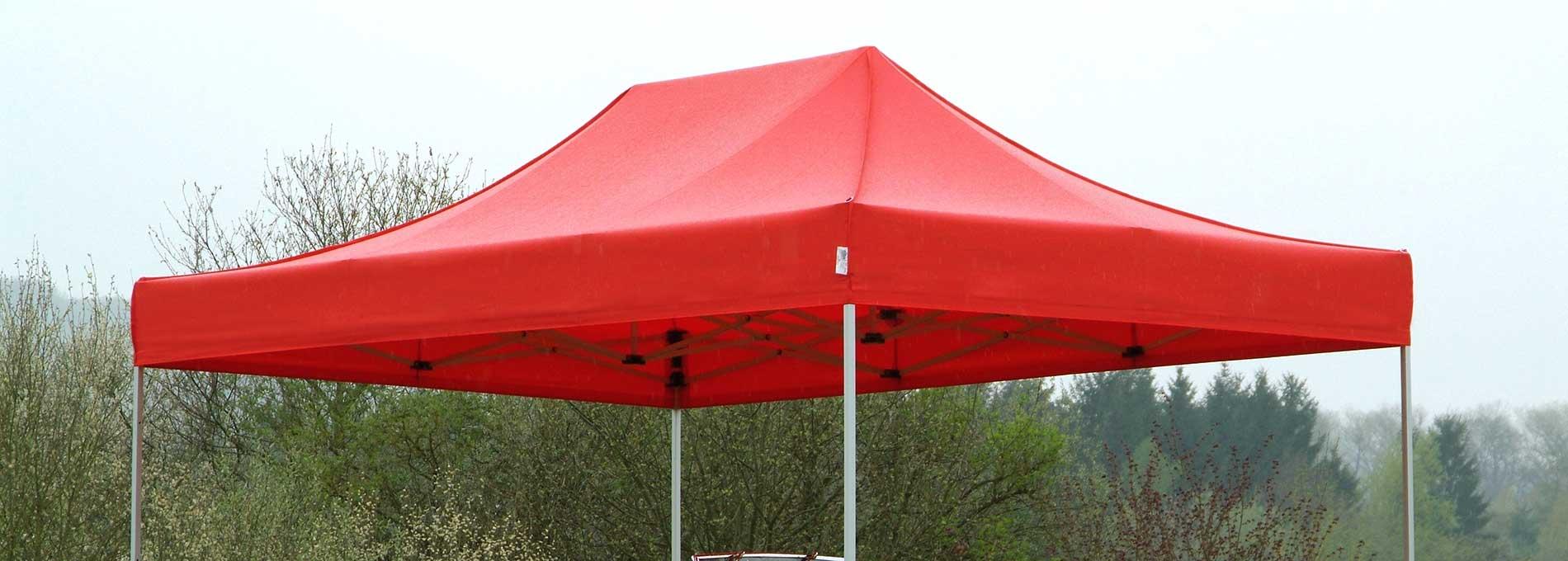 Rotes wasserdichtes Faltzelt zum Schutz eines Oldtimers.