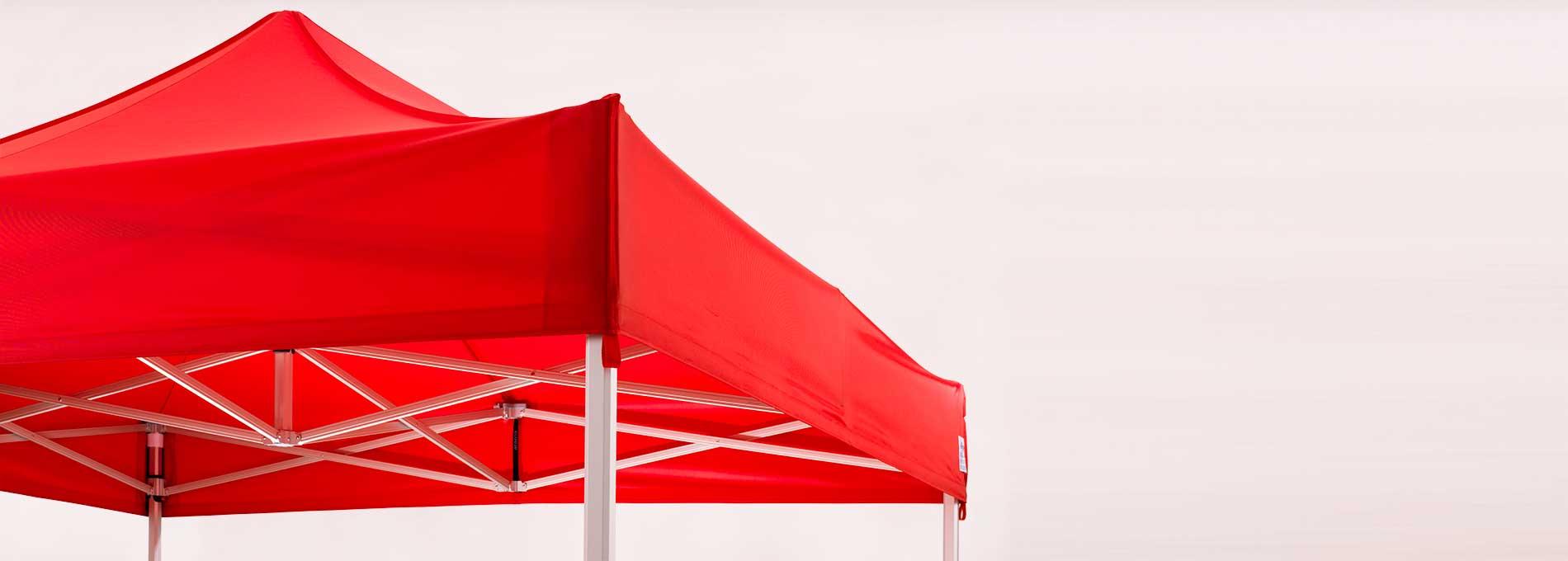 Repariertes Faltzelt mit rotem Dach.