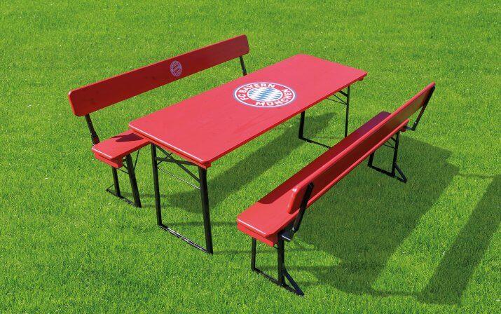 Die Bierzeltgarnitur mit Lehne im FC Bayern München Design auf dem Rasen.