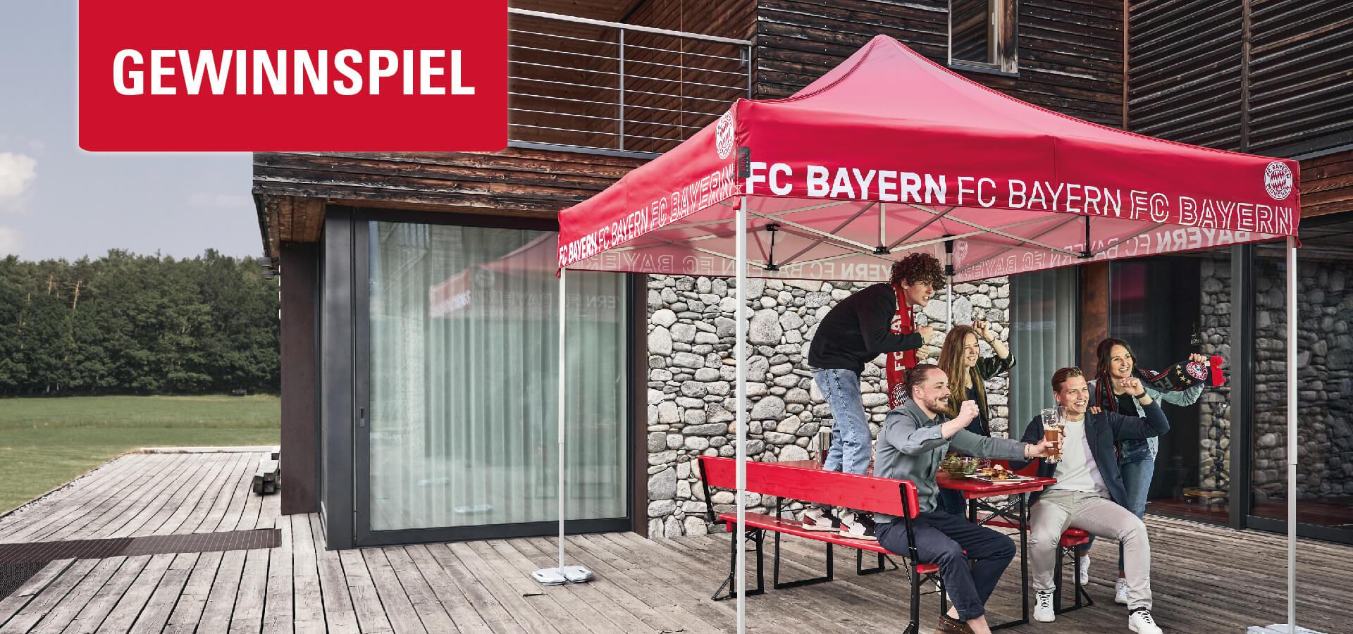 Fünf Personen feuern ihre Lieblings-Fußballmannschaft an - auf einer Bierzeltgarnitur und unter einem Faltpavillon im FC Bayern München Stil. Das Bild ist mit einem Gewinnspiel-Banner versehen.