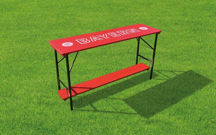 Der FC Bayern München Stehtisch 200x60 auf dem Rasen.