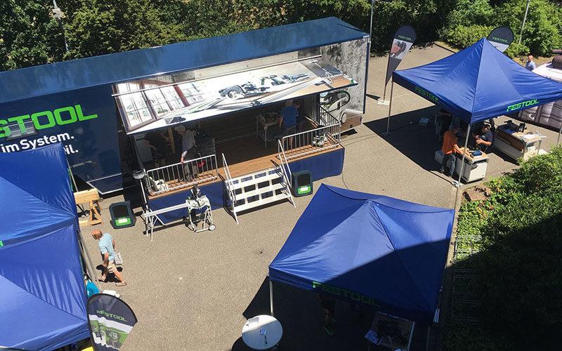 Balue Festool Faltpavillons mit grünem Aufdruck vor der Bühne.