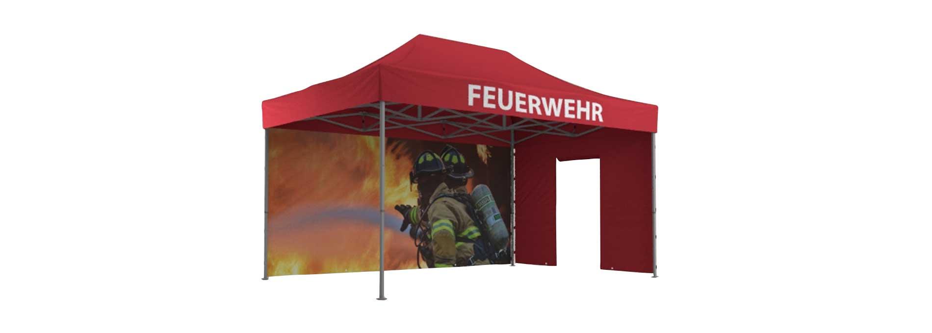 Rotes Feuerwehrzelt mit bedruckten Seitenwänden.