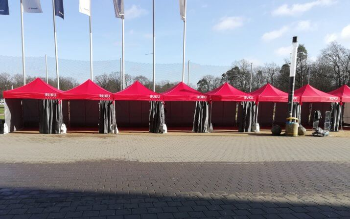 Aneinandergereihte Faltpavillons von RUKUevent beim Hot Chocolate Winter Run.