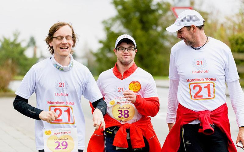 3 Menschen mit Down-Syndrom beim Laufen. Sie nahmen beim ING-DiBa Marathon teil.