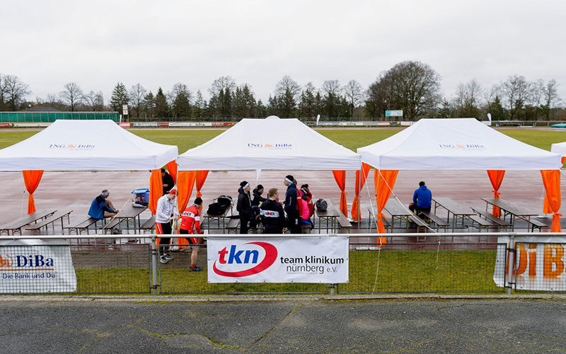 Streckenverpflegung unter atento Faltpavillons beim ING-DiBa Marathon.