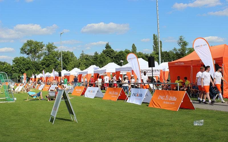 Weiße Faltpavillons mit orangen Eckvorhängen beim ING-DiBa Partnercup
