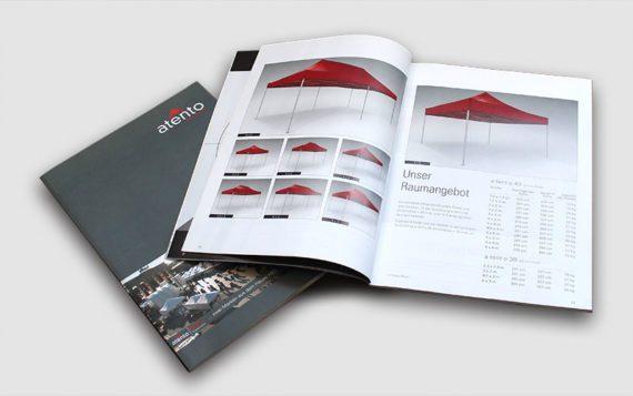 Der Katalog von den atento Faltpavillons mit der Seite der Größenübersicht aufgeschlagen.