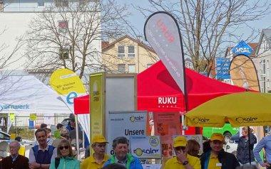 Roter Faltpavillon von RUKU in Mitten der Menschen beim Kolbermorer Energietag. 2018.