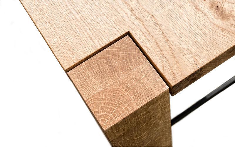 Detailansicht der Tischecke der Design-Garnitur