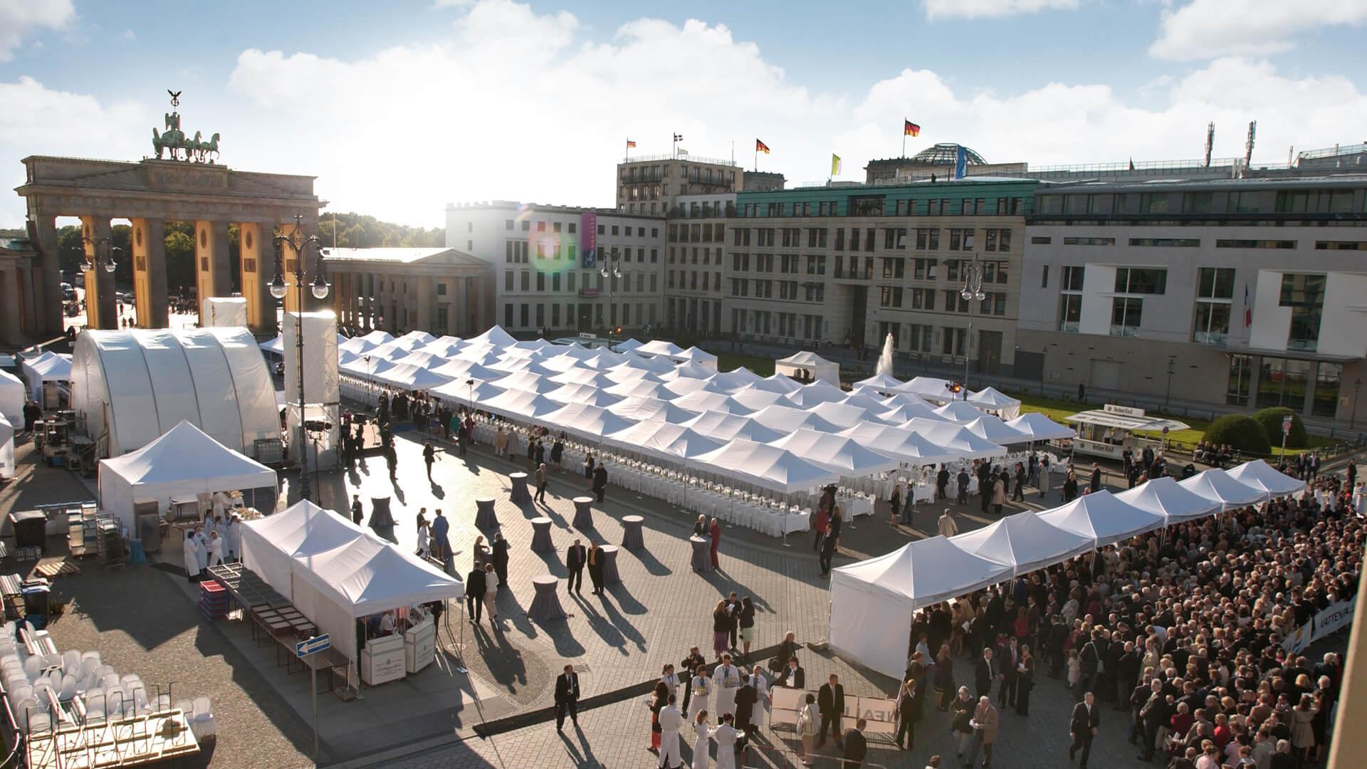 Viele weiße Faltpavillons in Berlin vor dem Brandenburger Tor.