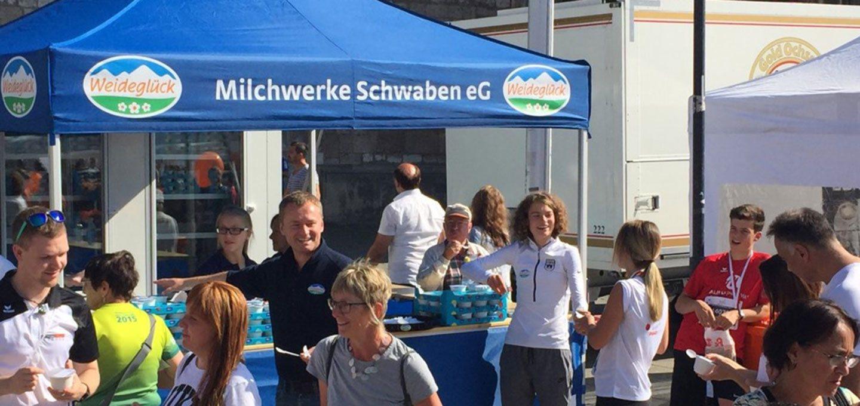 Blauer Faltpavillon der Milchwerke Schwaben AG mit dem Logo auf dem Zeltdach