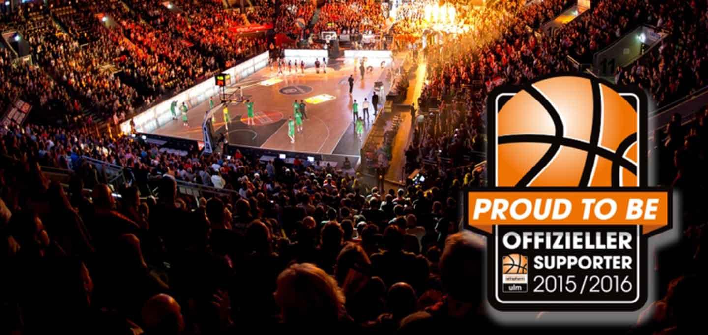 Stadion der BBU'01 mit vollen Rängen und dem Logo des offiziellen Partner.