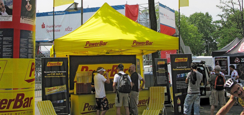 Gelber Faltpavillon für PowerBar für ein Sportevent.