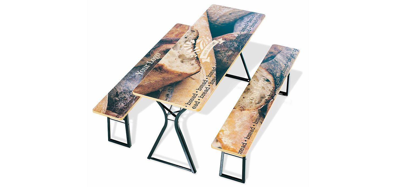 Festzelttisch mit Brotlaiben bedruckt.
