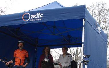 Blauer ADFC Faltpavillon