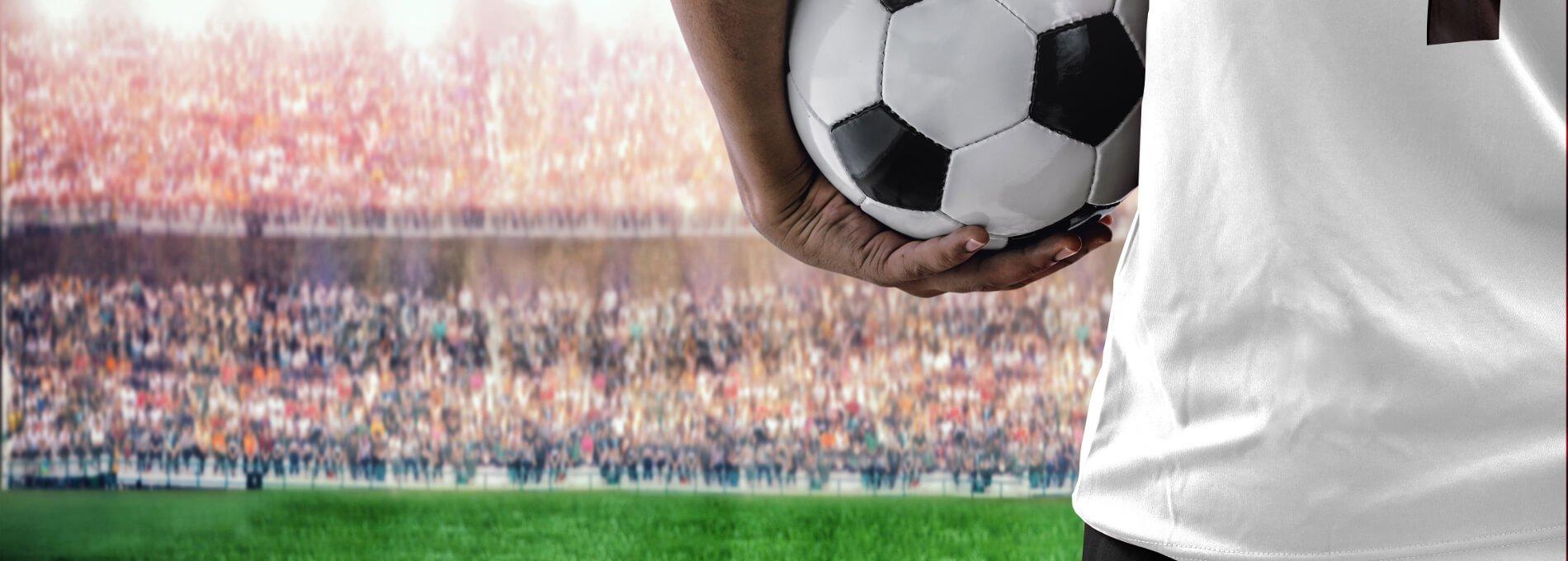 Fußballspieler mit Ball auf dem Fußballfeld